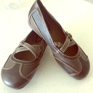 Girls dress/flat brown shoes.